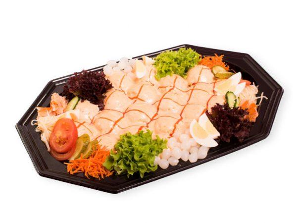 Heerlijke saladeschotel met warmgerookte zalm koop je bij Bakkerij Maxima.
