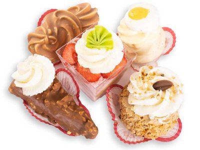 Diverse soorten gesorteerd gebak in een doos bij Bakkerij Maxima.