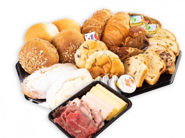 Ontbijt met croissants, bolletjes, zoet brood, roombolletjes, zoet beleg hartig beleg, boter en vleeswaren van Bakkerij Maxima.
