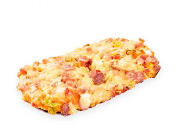 Een lekkere pizza van Bakkerij Maxima met ham, salami, groenten en kaas