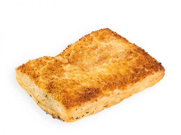 Bladerdeeg broodje met romige ragoutvulling bij bakkerij Maxima.