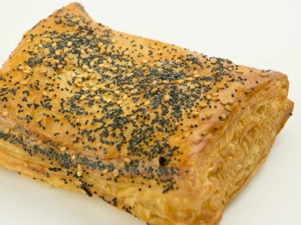 Bladerdeeg broodje met saté van Bakkerij Maxima.